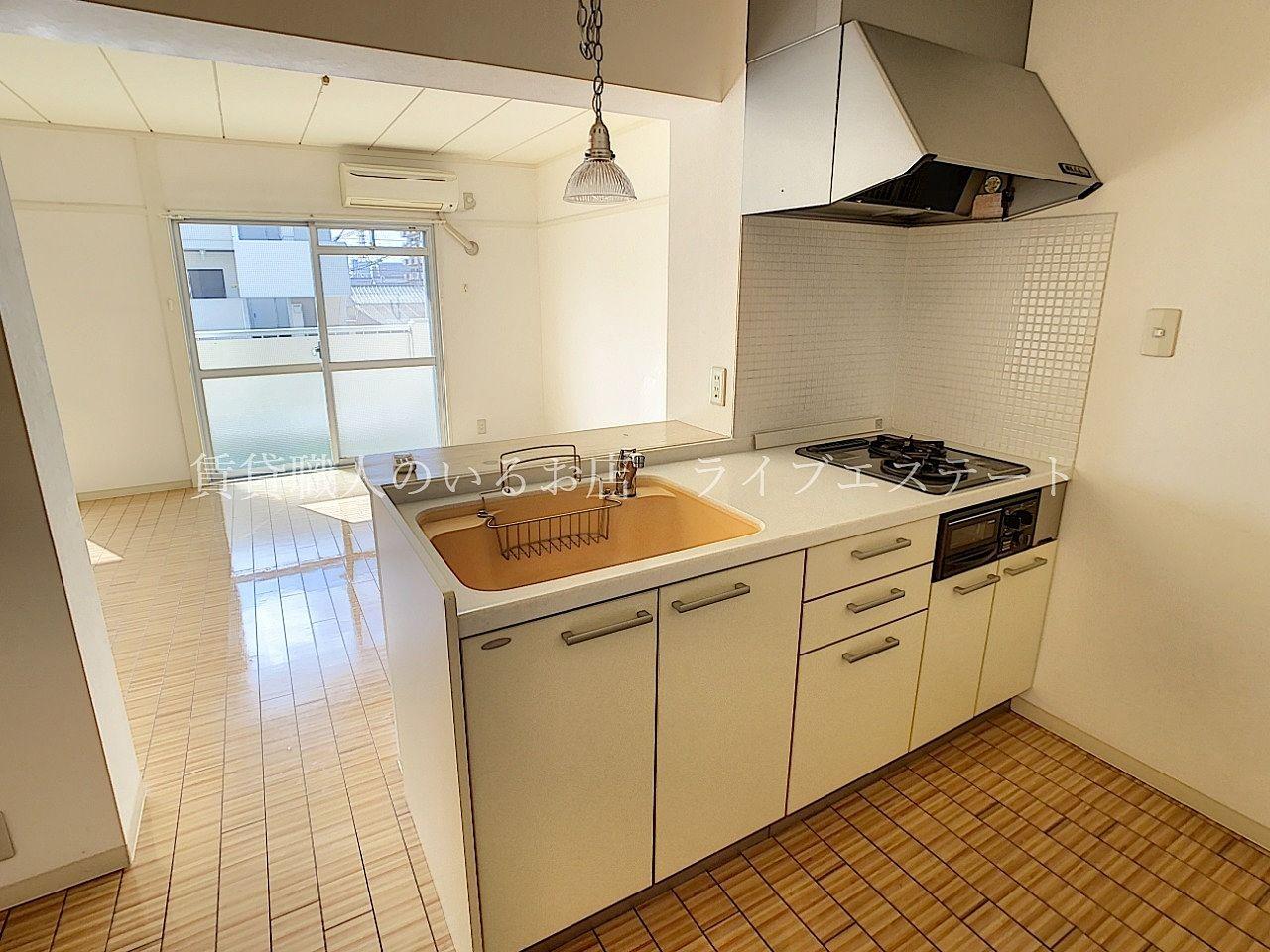 キッチンは冷蔵庫や食器棚を置ける広さ