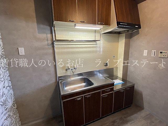 上下に収納もあり、冷蔵庫を置くスペースもあります
