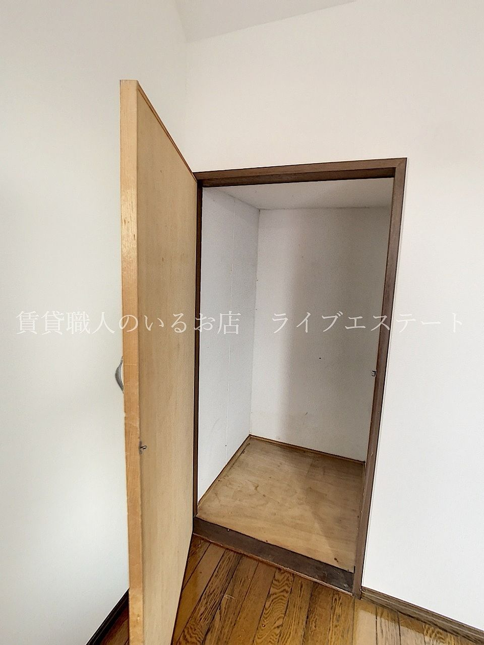 階段下なので大きくはないですが、中にしまえるとお部屋がすっきり使えます