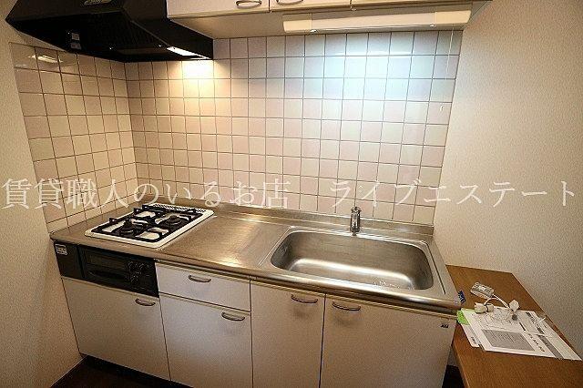 キッチンが独立しているので、居室に匂いや油汚れが広がりにくいです(反転タイプ102号室の参考写真です)