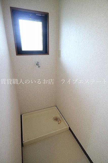 窓があるので、洗面脱衣所の換気がしやすいです(反転タイプ102号室の参考写真です)