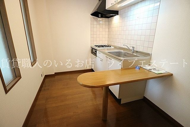 軽いお食事や作業はこちらでも可能ですね(反転タイプ102号室の参考写真です)
