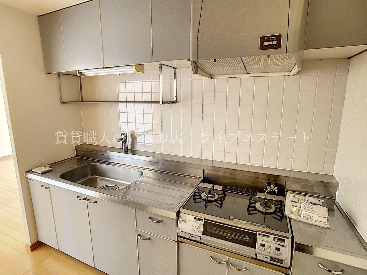 横幅が広くゆったりと使えるキッチン。収納もたっぷり