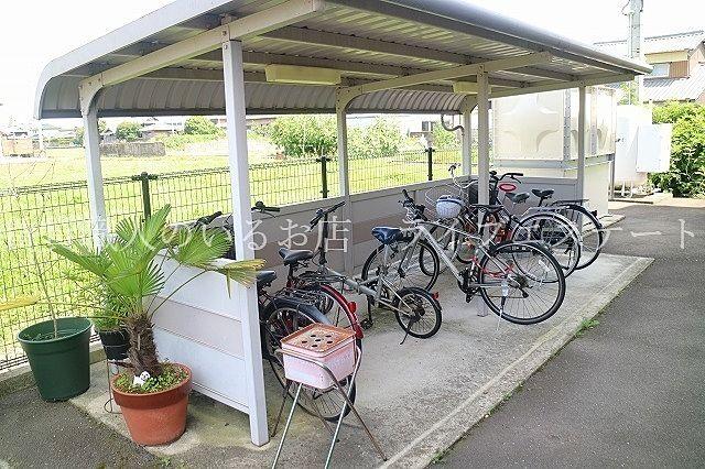 自転車も雨風からしっかり守ります