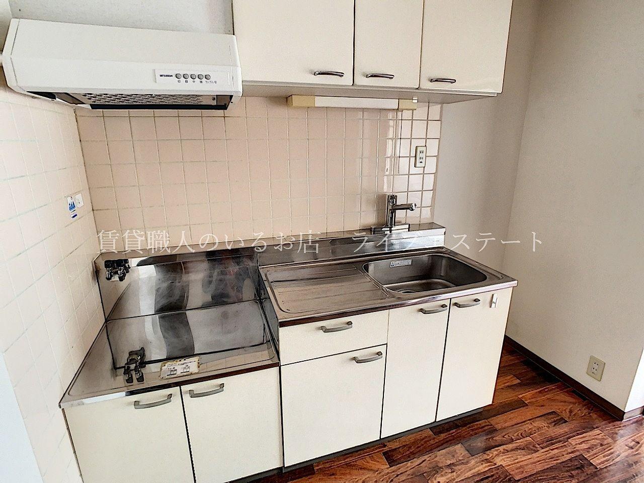 壁付キッチンはダイニングスペースを広く使えて便利
