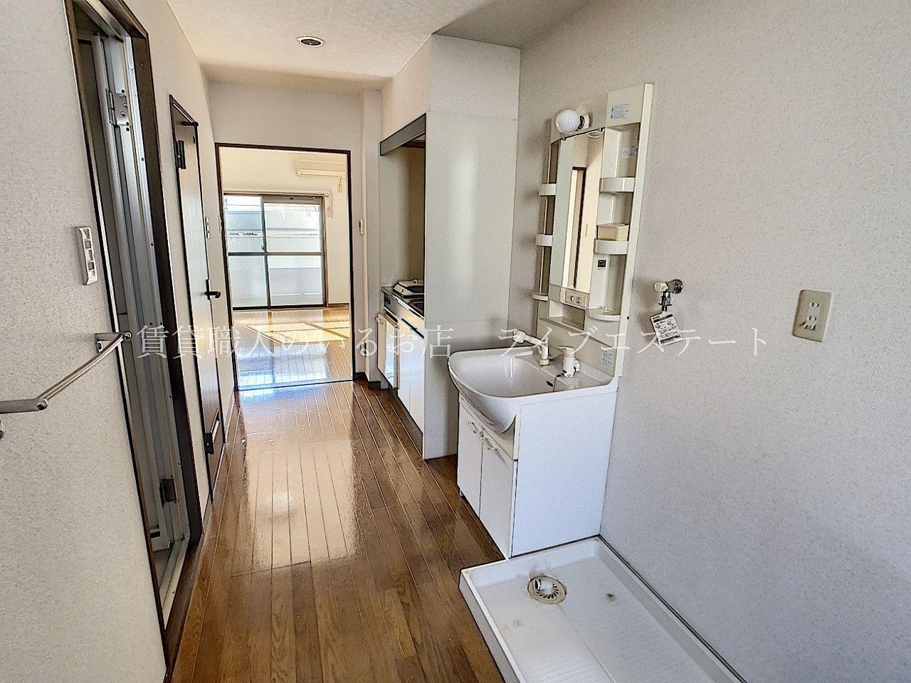 キッチン、シャンプードレッサーや洗濯機置場を縦長に配置