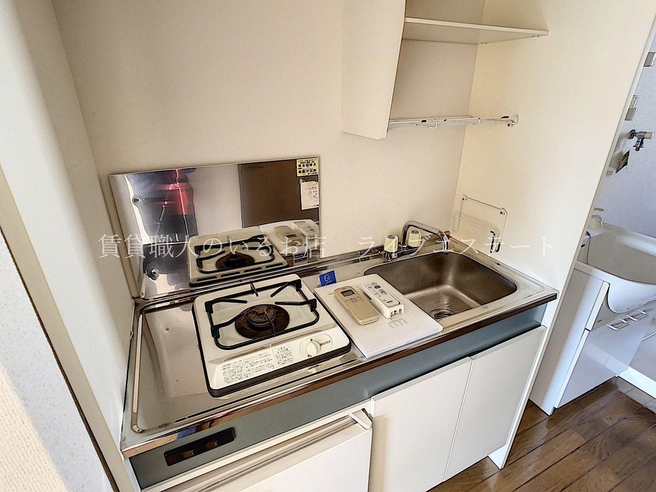 湯沸かしや簡単な調理をするのには十分なキッチン