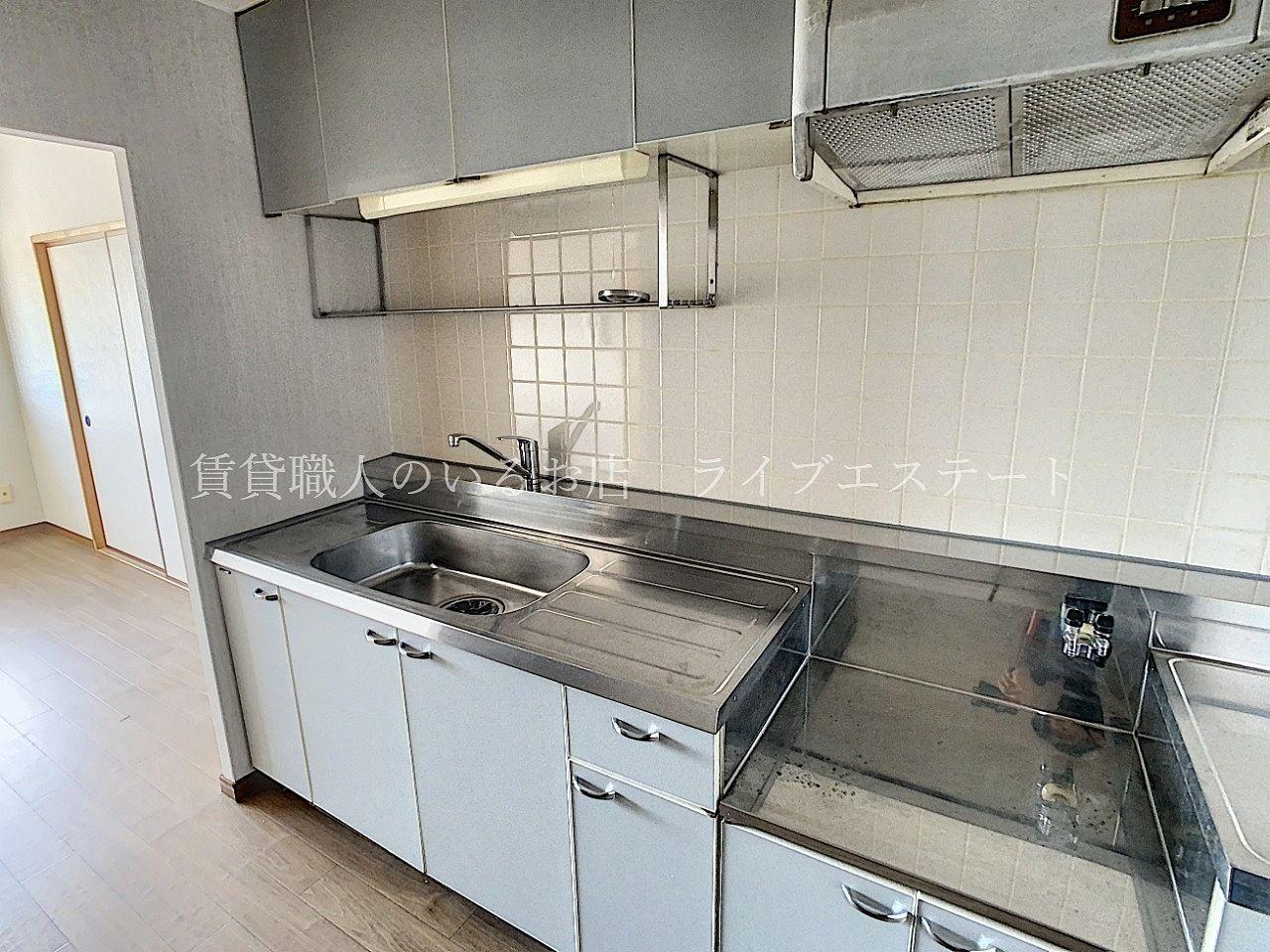 作業スペースやシンク横にスペースもあり、キッチンの横幅は広めです