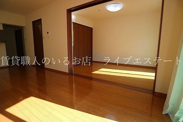 お隣の部屋とつながって広々~(反転タイプ102号室の参考写真です)
