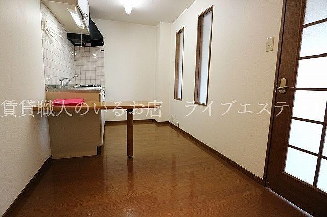 お料理の作業の補助スペースにも、飲食するスペースにも使えます(反転タイプ201号室の参考写真です)