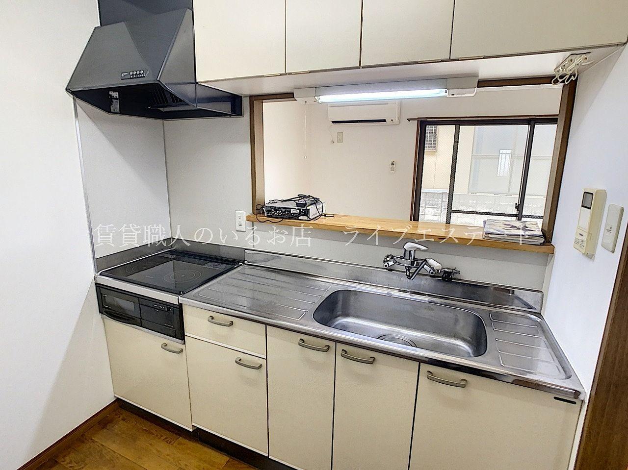 IHシステムキッチンでお手入れ楽々!吊戸棚付きで収納力高いです