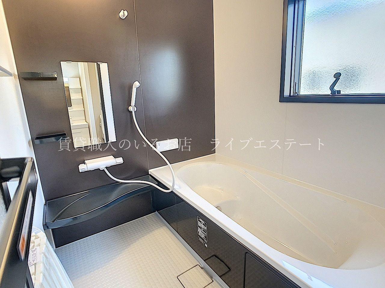 引きしまったカラーでかっこいい雰囲気のお風呂