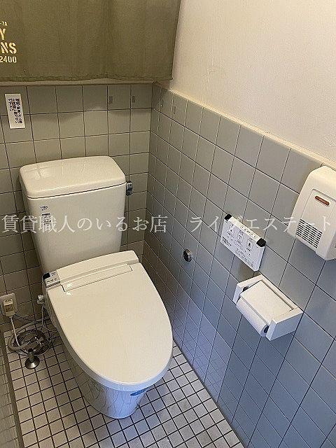 シャワートイレ。リモコンが壁付ですっきりしています