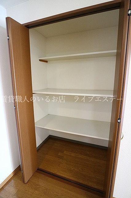 食品庫としても、LDKで使うものの収納としても便利(同タイプ202号室の参考写真です)