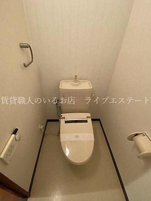トイレの奥の方を掃除するとき、リモコンが便座横についてないので手が届きやすい