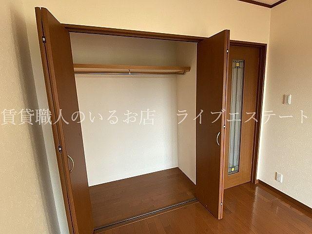 短い服を掛けた足元には衣装ケースを置いたら、空間を有効に使えます