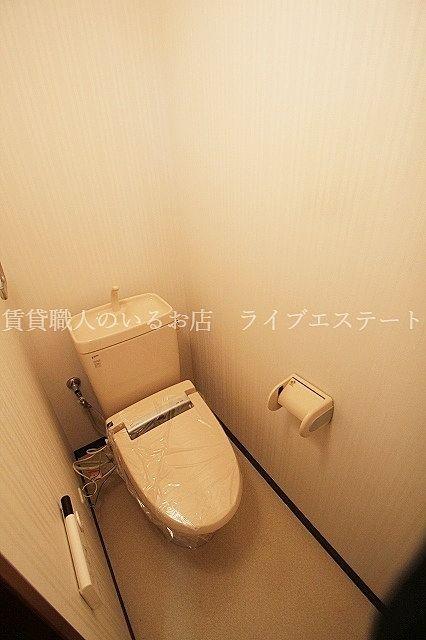 便座横がすっきりしているのでトイレの奥の方の床までお掃除しやすい(反転タイプ603号室の参考写真です)