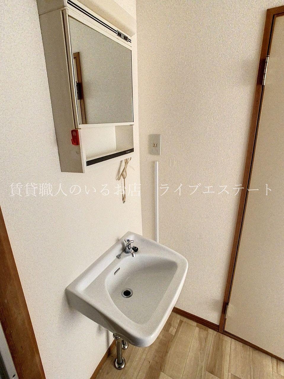 鏡の後ろに歯ブラシなどしまえます