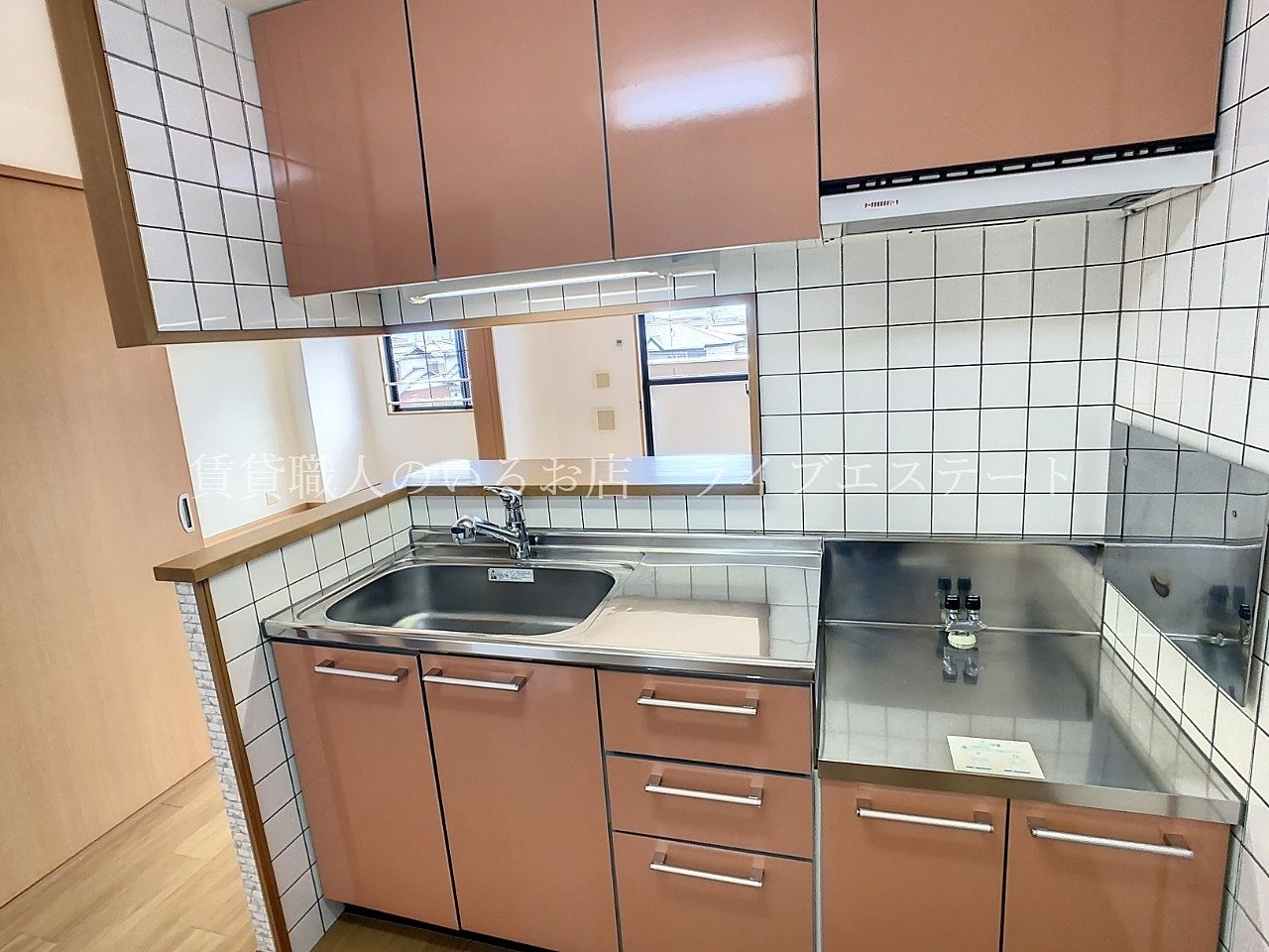 対面式のシステムキッチン コンロの前は壁なので油汚れなどがお部屋に広がりにくい