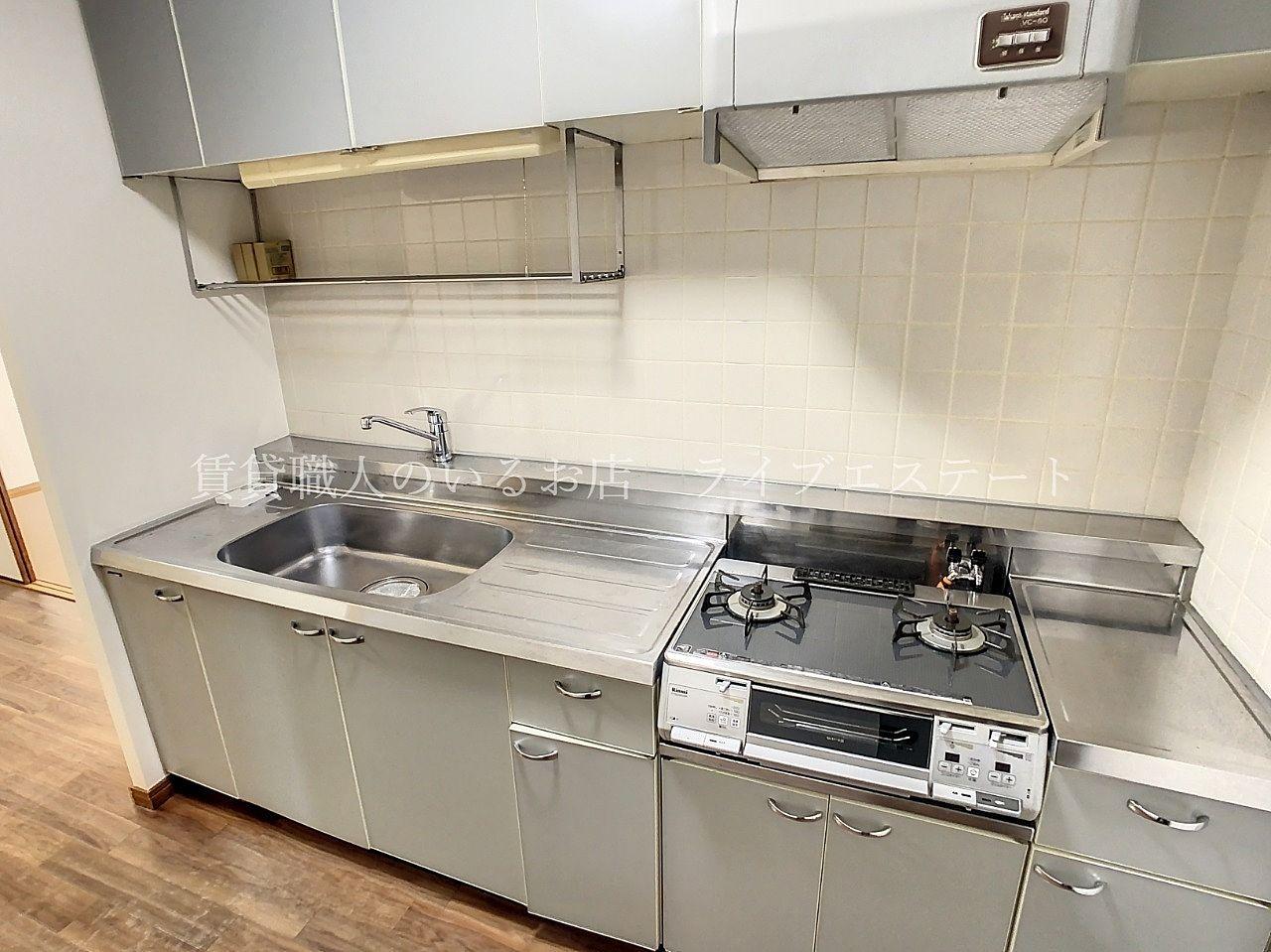 横幅の広いキッチンで、水切りカゴを置くスペースもあり、作業がはかどります