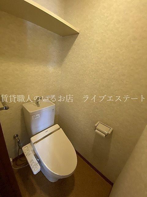 上部の棚にはペーパのストックやお掃除用品が置けます(反転タイプ301号室の参考写真です)