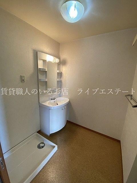 洗面台と洗濯機置場(反転タイプ301号室の参考写真です)