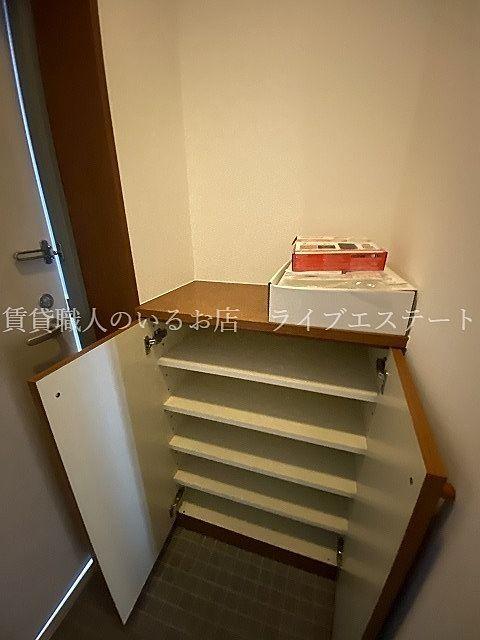 靴をしまっておけば、土間がすっきり(反転タイプ301号室の参考写真です)