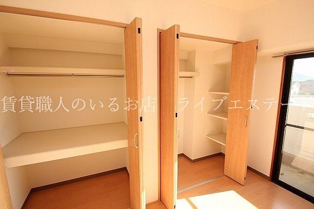 クローゼットと棚と、奥行きのある物入付き どんなお荷物も居場所を作れるのできちんとしまえます