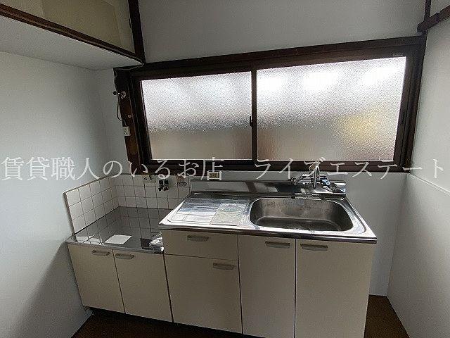 大きな窓付きの明るいキッチン