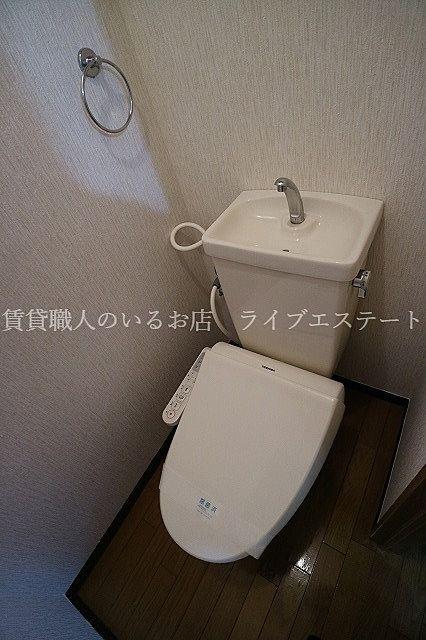 清潔な洗浄機能付温水シャワートイレ(同タイプ301号室の参考写真です)