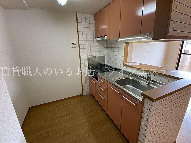 食器棚や冷蔵庫があっても人とすれ違える広さ