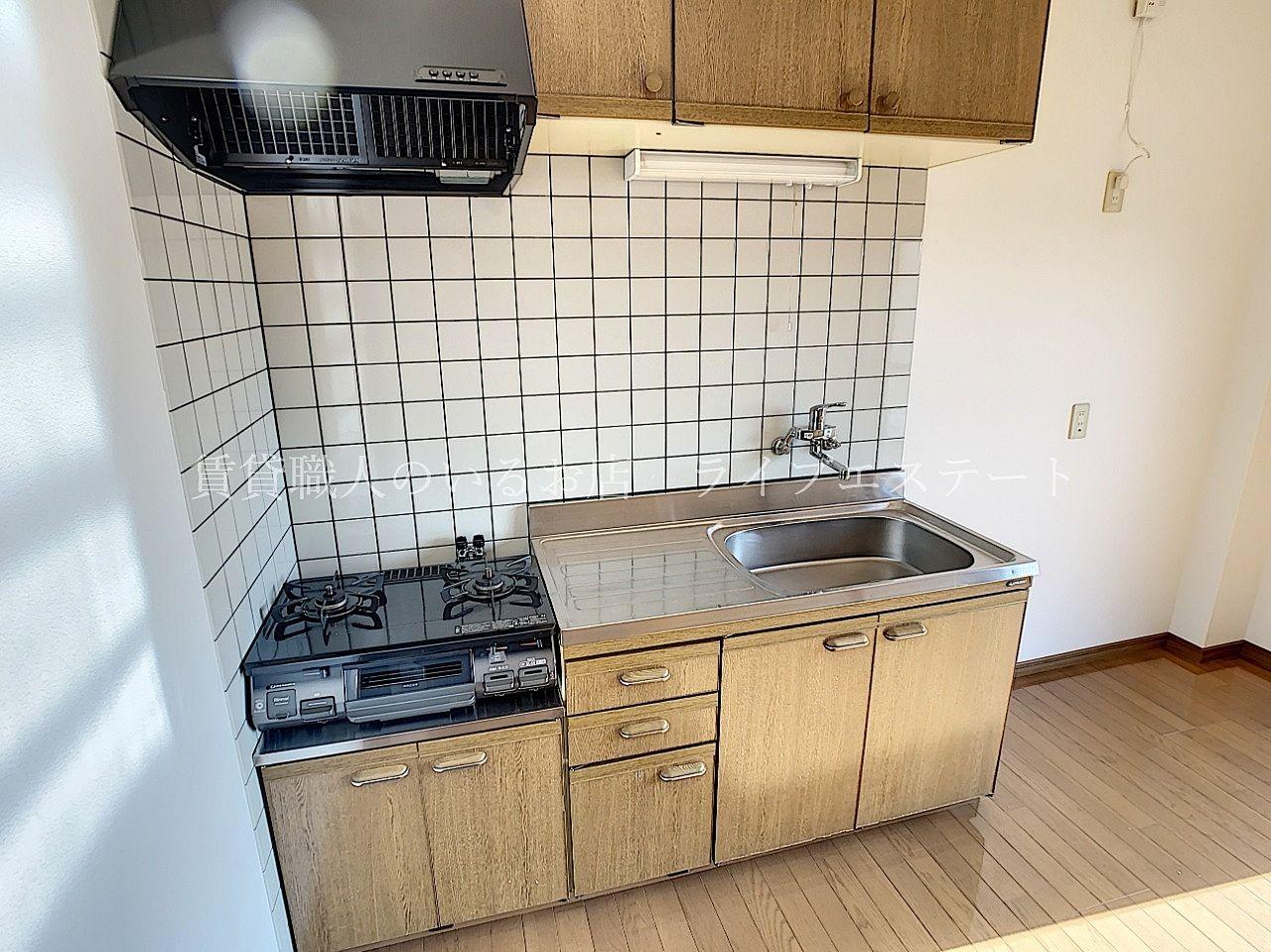 壁付キッチンは背後のダイニングスペースを有効に使えます