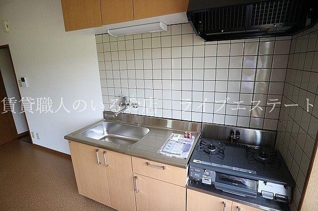 キッチンは壁付でダイニングを広く使えます