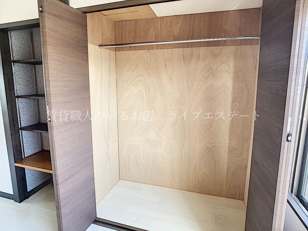 横の棚は可動式で棚板の位置を変えられます