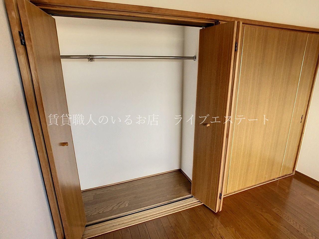 お部屋の幅の半分くらいあり、たくさんのお洋服を掛けて収納できます