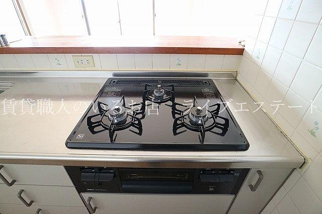 カウンター内側にコンセント付きで調理家電を使うのに便利