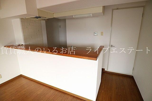 配膳の時に食器が置きやすく、カウンター下を収納に使うことも可能です(同タイプ503号室の参考写真です)
