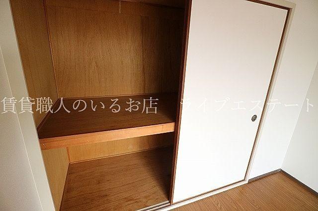押入れ用の収納ユニットなどを設置すればお好みに使いやすくアレンジできます(同タイプ503号室の参考写真です)