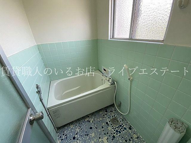 いつでもあったかいお風呂に入れます。窓付きなのもポイント