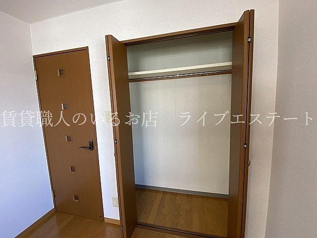 掛ける収納は洗濯物の片づけが楽(同タイプ201号室の参考写真です)