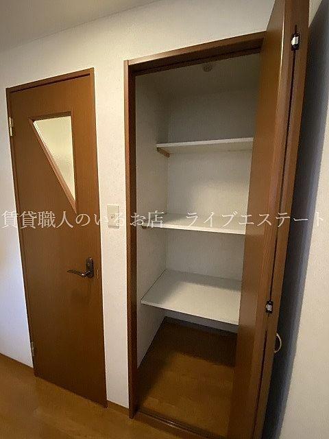 リビングに置いておきたくない物やキッチンに入りきらない物などを(同タイプ201号室の参考写真です)
