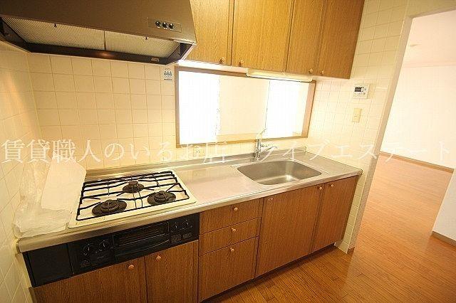 3口コンロのシステムキッチンでお料理も段取りよくできそう(反転タイプ304号室の参考写真です)